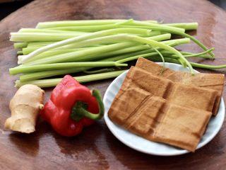 香干炒芹菜,首先备齐所有的食材,<a style='color:red;display:inline-block;' href='/shicai/ 125/'>芹菜</a>把叶摘掉后洗净。