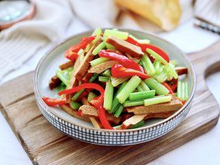 香干炒芹菜,好吃又营养丰富的香干就出锅咯,做法是不是超级简单。
