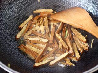 香干炒芹菜,大火继续翻炒均匀。