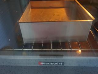 棉花蛋糕,烤箱提前预热,用水浴法中下层,我是烤网下面放盘水,模具放烤网上,如果是固底模具也可以直接放烤盘里,我烤箱上火偏高,上火150,下火160度,烤了一小时。具体温度时间要根据自己烤箱情况来。