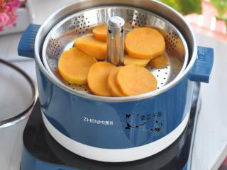 奶酪蜜薯麦片派,六鳌蜜薯去皮,切成片状,上锅蒸熟。