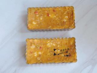 奶酪蜜薯麦片派,把混合物填入派盘中,刮平模具边缘,抹成中间低四周高的效果。