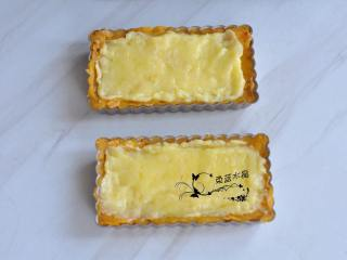 奶酪蜜薯麦片派,把奶酪糊倒入派盘中。