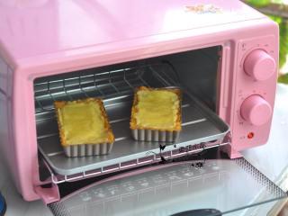 奶酪蜜薯麦片派,放入烤箱中,170度烘烤13分钟。