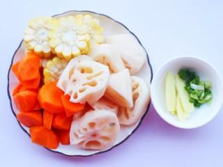 莲藕排骨汤,莲藕去皮洗净切厚片,胡萝卜去皮洗净切滚刀块,玉米切断,姜切片,葱切末。