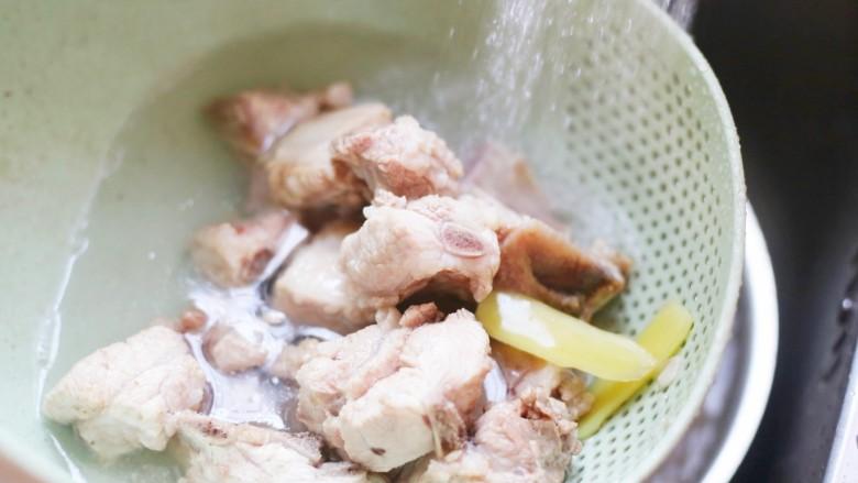 莲藕排骨汤,净水洗净沥干备用。