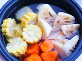 莲藕排骨汤,加入没过食材的水。