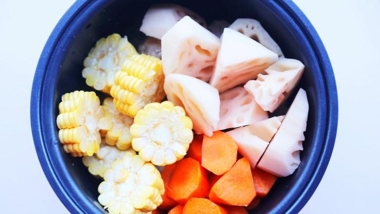 莲藕排骨汤,加入玉米莲藕胡萝卜。