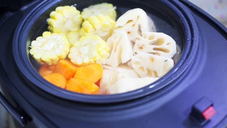 莲藕排骨汤,放入电饭煲中。