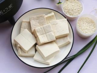 红烧豆腐盖饭,准备好所有食材。