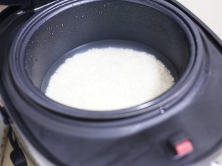 红烧豆腐盖饭,加入一指深的清水。