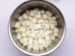 红烧豆腐盖饭,豆腐洗净切块。