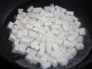红烧豆腐盖饭,淡盐水焯30秒捞出。