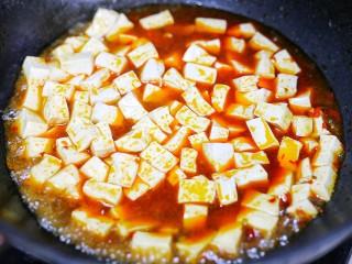 红烧豆腐盖饭,加入豆腐,淋上料汁,煮两分钟撒点葱花。