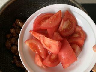 番茄炖牛腩,下一半的西红柿翻炒几下