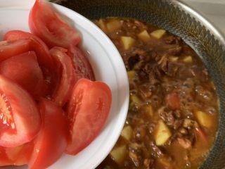 番茄炖牛腩,牛肉软烂后倒入土豆块,煮十分钟后加入剩余的番茄,继续煮几分钟就可以啦!