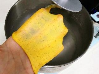 亚麻籽南瓜软欧,继续揉至可以拉出薄而有韧性的膜,完全扩展阶段。