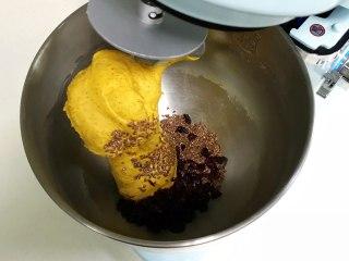 亚麻籽南瓜软欧,加入亚麻籽和蔓越莓干揉匀。