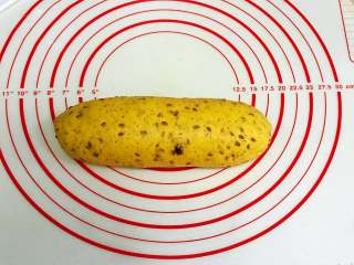 亚麻籽南瓜软欧,从上往下卷起来,捏紧收口。