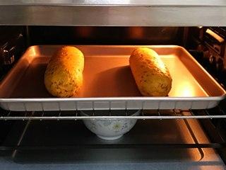 亚麻籽南瓜软欧,把面团放入烤箱内进行二发,在烤箱下层放碗热水增加温度和湿度。