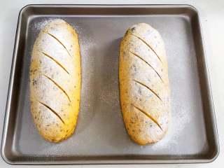 亚麻籽南瓜软欧,面团发至两倍大时取出,筛上一层薄薄的高筋面粉。