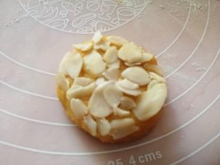 松软香甜的红薯米粉杏仁饼,营养倍棒!,撒上一些杏仁片,用手压一下,防止杏仁片掉落;