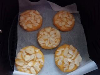 松软香甜的红薯米粉杏仁饼,营养倍棒!,饼全部做好后,放入铺好油纸的空气炸锅内;