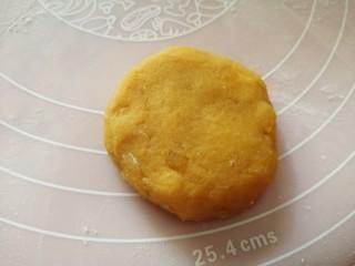 松软香甜的红薯米粉杏仁饼,营养倍棒!,轻压一下成圆饼;