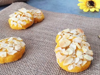 松软香甜的红薯米粉杏仁饼,营养倍棒!,红薯米粉饼完成了,出锅晾一会就可以享用啦!