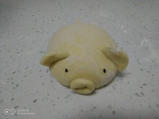 南瓜小🐷红糖、糯米、红豆包,收口朝下,整理成椭圆形,加上耳朵、尾部和嘴巴,粘上眼镜