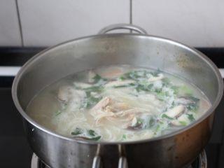 童子鸡鸡汤面,将所有食材煮开即可。