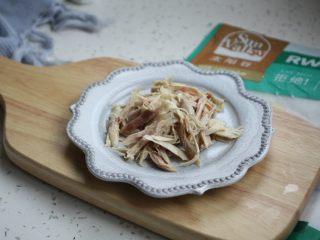 童子鸡鸡汤面,将童子鸡的鸡胸肉或者鸡腿肉撕成肉丝备用。