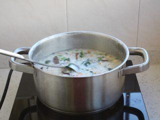 鸡蓉虾仁香菇粥,放入适量的盐调味即可。
