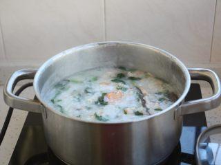 鸡蓉虾仁香菇粥,将所有食材煮开后关火。
