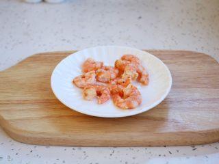 鸡蓉虾仁香菇粥,鲜虾去壳和虾线,用油炒熟,或者将鲜虾白灼后剥成虾仁。