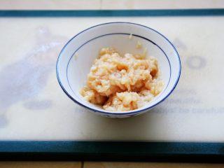 鸡蓉虾仁香菇粥,将鸡肉碎放入餐具里,放入少许的白胡椒粉、少许的料酒、少许的淀粉,2分之1小勺的香油,将其抓匀备用。