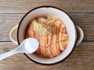 宝宝香肠,在剁好的鸡肉糜中加适量的盐,鸡精和十三香粉。