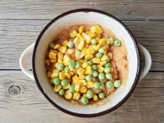 宝宝香肠,加入玉米粒和豌豆。