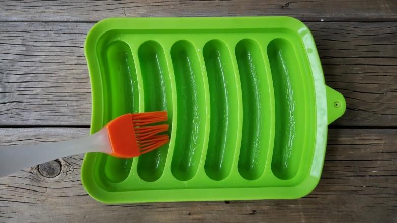 宝宝香肠,香肠模具内刷一层薄油。