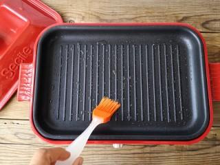 宝宝香肠,煎锅里刷一层薄油,加热锅子。