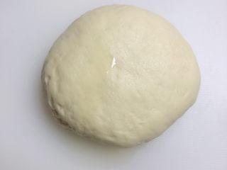 水果披薩,現在開始制作披薩餅底。倒一些橄欖油,防止面團粘菜板。