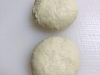 水果披薩,將面團分成2份,分別揉成光滑面團。