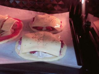 水果披薩,將烤盤放入烤箱中,180度烤15分鐘。