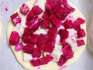 水果披薩,再放上一層火龍果塊兒。