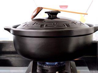 榛蘑山药筒骨煲,盖上锅盖大火煮开后,转小火继续炖煮1个小时。