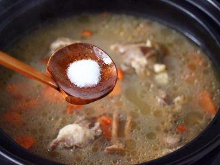 榛蘑山药筒骨煲,这个时候砂锅里,加入适量的盐调味。