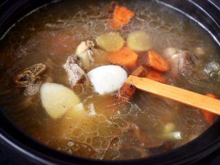 榛蘑山药筒骨煲,这个时候加入切块的山药和胡萝卜。