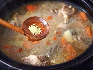 榛蘑山药筒骨煲,再加入鸡精增加口感。