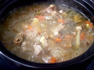 榛蘑山药筒骨煲,大火烧开继续用中火炖煮20分钟。