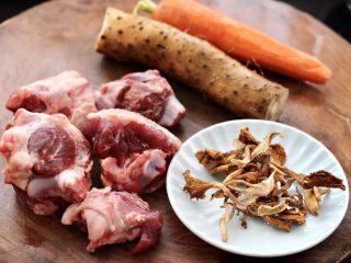 榛蘑山药筒骨煲,首先备齐所有的食材,筒骨用刀剁成大块,我是在买骨头的时候,让卖家给剁块的。